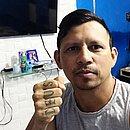 Mesmo já sem sintomas, Índio se mantem isolado no quarto da casa onde mora, em Fortaleza