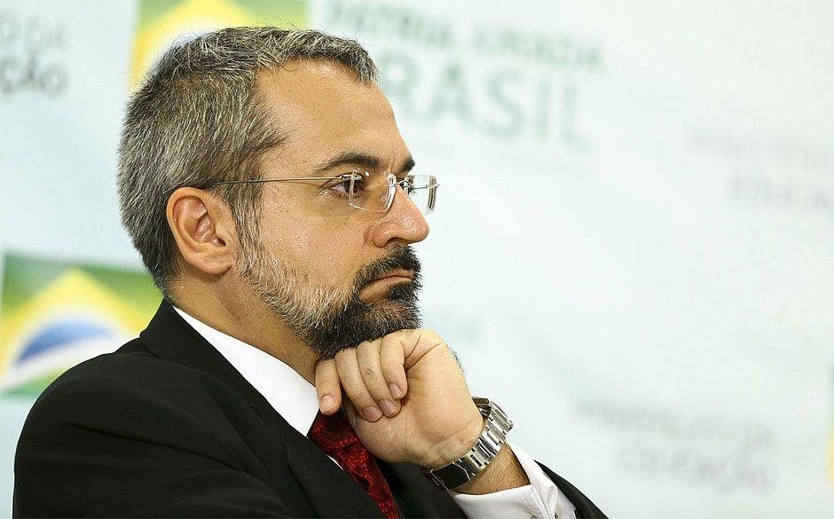 Tabata pede convocação de Weintraub à Câmara para esclarecimentos sobre Enem
