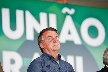 Bolsonaro diz a apoiadores que excesso de professores atrapalha