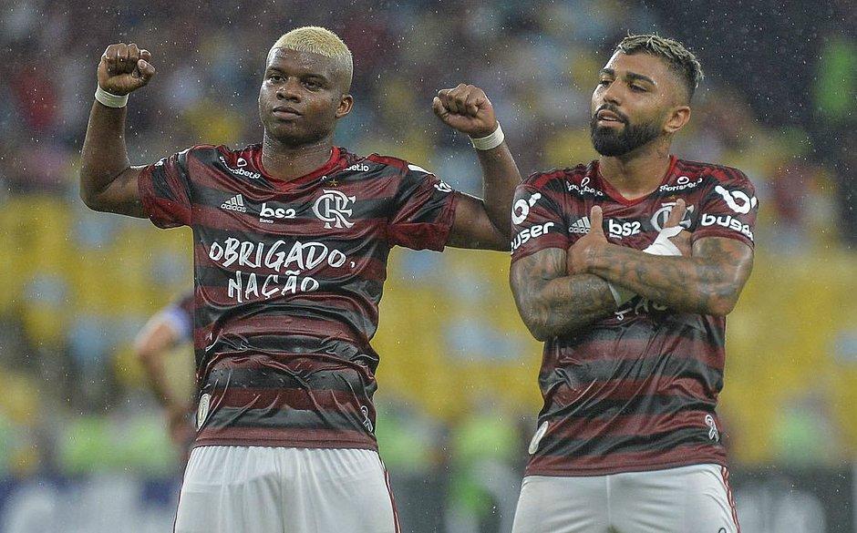 Lincoln e Gabriel comemoram um dos gols do Fla