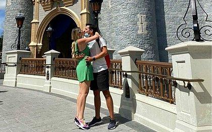 Dani Calabresa é pedida em casamento na Disney