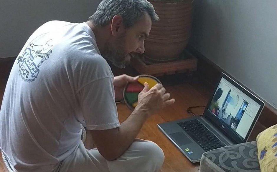 Mestre Balão se reinventou e passou a dar aulas online durante a pandemia