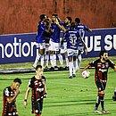 Jogadores do Cruzeiro comemoram o gol de Ramon, enquanto os atletas do Vitória lamentam