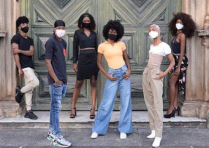 Turma do Afro Fashion Day posa em frente ao portão da Igreja de São Francisco, no Pelourinho