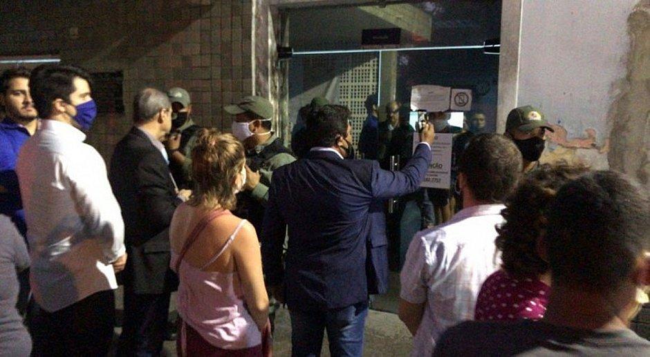 Grupo cerca hospital para impedir aborto de menina de 10 anos estuprada