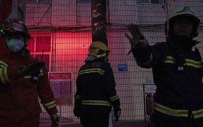 Bombeiros trabalham na Universidade Beijing Jiaotong em Pequim. Três estudantes foram mortos em uma explosão do laboratório da Universidade