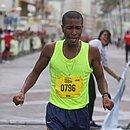 O baiano Geilson dos Santos da Conceição se emociona ao vencer a terceira edição da Maratona Salvador