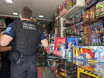 Brinquedos e produtos eletrônicos falsificados são apreendidos em Conquista
