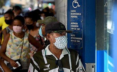 Mesmo com as recomendações de segurança durante a pandemia, muita gente  foi para a fila na agência da Caixa Econômica Federal do Comércio.
