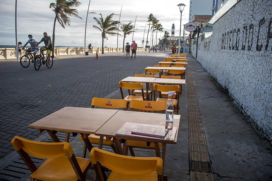 Restaurantes inovam para que clientes se adaptem nas calçadas