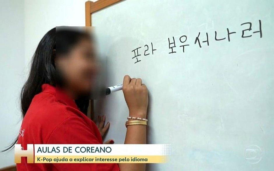 Pegadinha! Aluna escreve 'Fora Bolsonaro' em coreano no Jornal Hoje