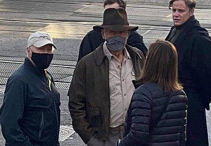 Harrison Ford caracterizado como o arqueólogo aventureiro Indiana Jones