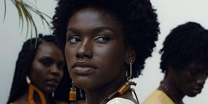 Zana Santos (centro) era marisqueira antes de ser lançada no Afro Fashion Day