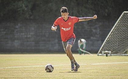 Mateus Moraes é um dos defensores do gol do Vitória contra o CSA