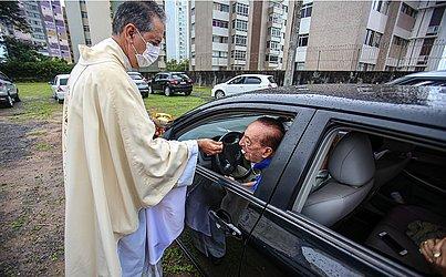Na paróquia Nossa Senhora da Vitória, os fiéis também acompanharam a missa de dentro dos carros.