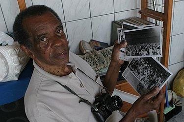Mário Bonfim, fotógrafo que guarda acervo de imagens feitas no campo da Fonte Nova, em 1971