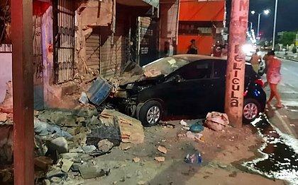Motorista perde controle e destrói muro de bar na Suburbana