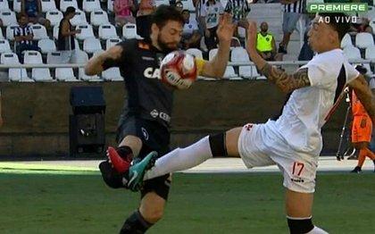 João Paulo sofre falta de Rildo e fratura a tíbia e a fíbula da perna direita