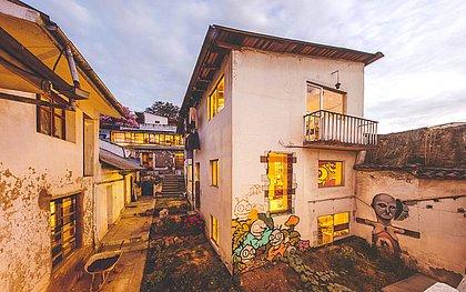 """'Casa en construccíon' é um dos projetos do coletivo Al Borde, que prega a ideia do """"fazemos com pouco"""" na reforma e restauração de espaços (Foto: Divulgação)"""