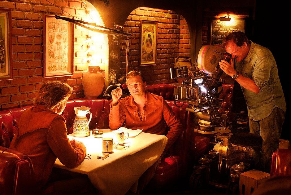 Tarantino reúne Brad Pitt e Leo DiCaprio em filme de pouca inspiração