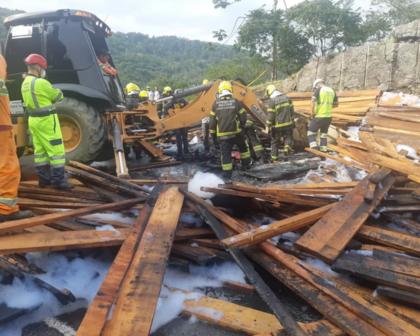 Caminhão tomba na BR-101 e mata quatro pessoas em Santa Catarina