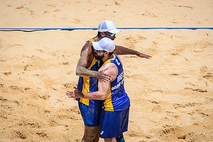 Bruno Schmidt e Evandro vencem e vão às oitavas do vôlei de praia
