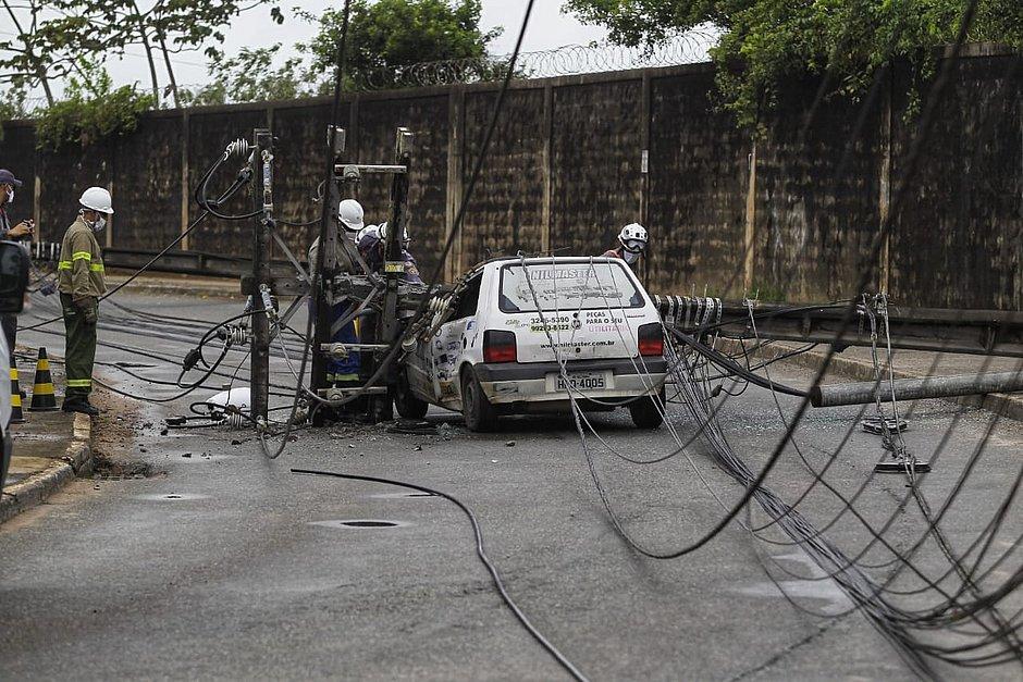Poste cai em cima de carro que passava na Estrada de Pirajá