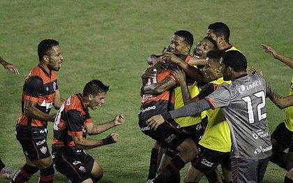 Jogadores do Vitória festejam gol marcado por Pablo Siles diante da Ponte Preta, no Barradão