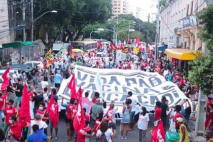 No Centro de Salvador, manifestantes ocupam ruas em ato contra Bolsonaro