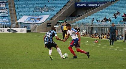 Matheus Bahia enfrenta a marcação de Vanderson, do Grêmio