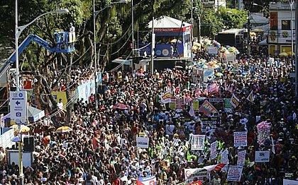 Mudança do Garcia desfila no Campo Grande e protesta contra a intolerância