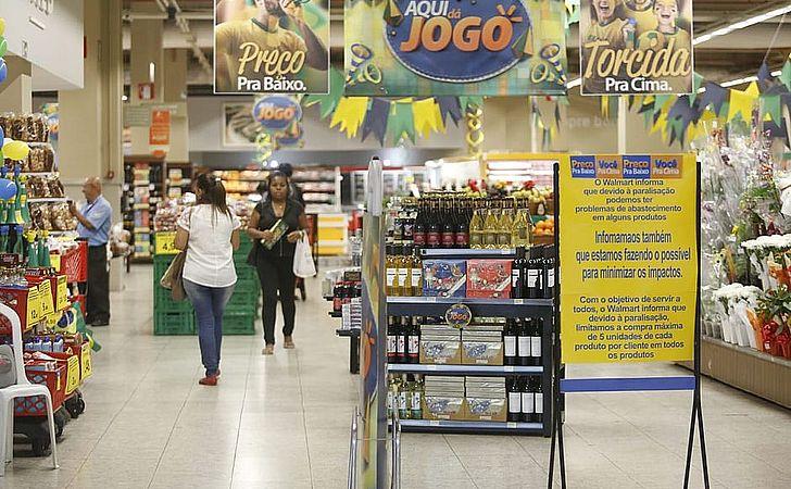 Consumidores fazem estoque, e mercados limitam venda de produtos
