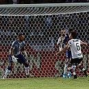 Fernandão, como goleiro, observa lance na área