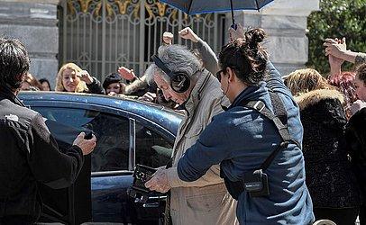 O cineasta greco-francês Costas-Gavras durante as filmagens do filme 'Adultos na sala' no centro de Atenas. O filme político é baseado no livro de Yanis Varoufakis, ministro grego das finanças.