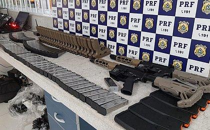 Homem é preso pela PRF transportando arsenal em ônibus em Vitória da Conquista
