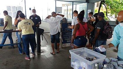 Sem máscaras, 36 pessoas são barradas na Estação da Lapa