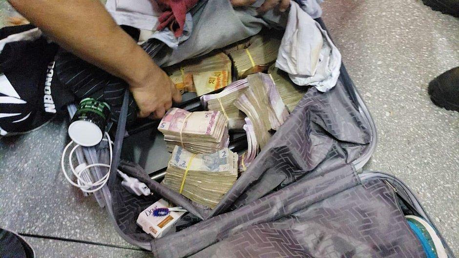 BA: seis homens são presos em aeroporto com malas de dinheiro roubado