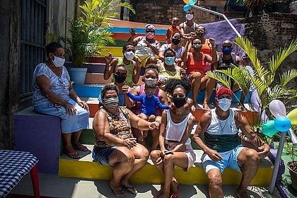 Nordeste: comunidade pinta escada nas cores do arco-irís pra celebrar diploma de morador