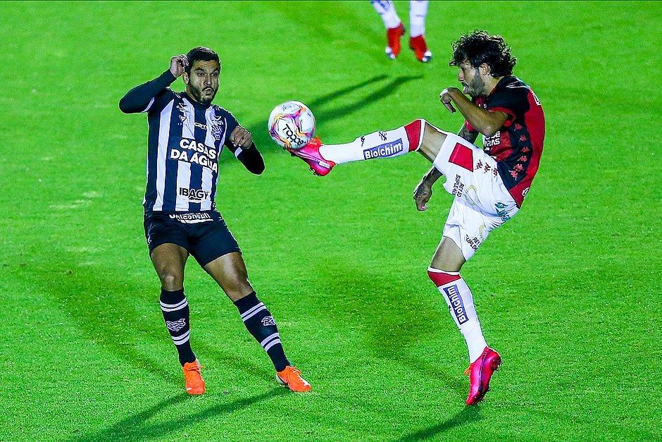 Fernando Neto disputa a bola com Everton Santos, do Figueirense