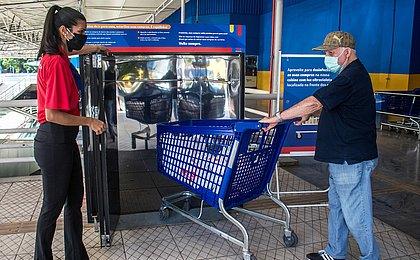 Supermercado de Salvador ganha câmara de desinfecção com raios ultravioleta