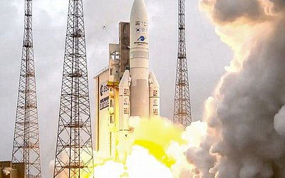Lançamento do foguete Ariane 5 do porto espacial da Europa, em Kourou, na Guiana francesa, levando dois satélites, GSAT-11 e o ISRO.