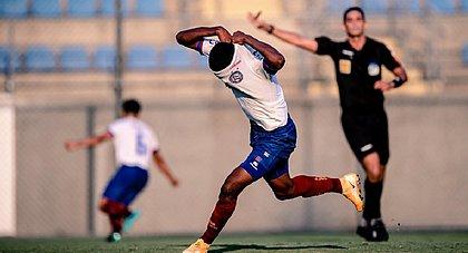 Lateral Douglas Borel comemora gol marcado na vitória sobre o Cruzeiro