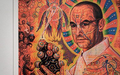 """O químico suíço Albert Hoffman numa exposição que reproduz os cartões de mata-borrão utilizados para absorverem o LSD. A mostra """"LSD-Os 75 anos de uma criança-problema"""", está na Biblioteca nacional da Suíça, em Berna"""