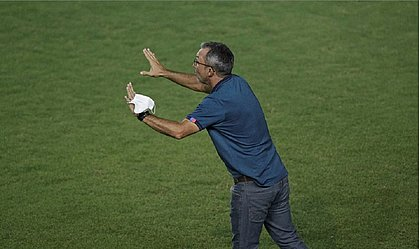 Cláudio Prates orienta o time do Bahia durante clássico contra o Vitória