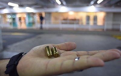 Cápsulas de balas disparadas em estacionamento