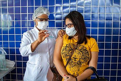 Brasil tem 36,47% da população completamente imunizada contra a covid