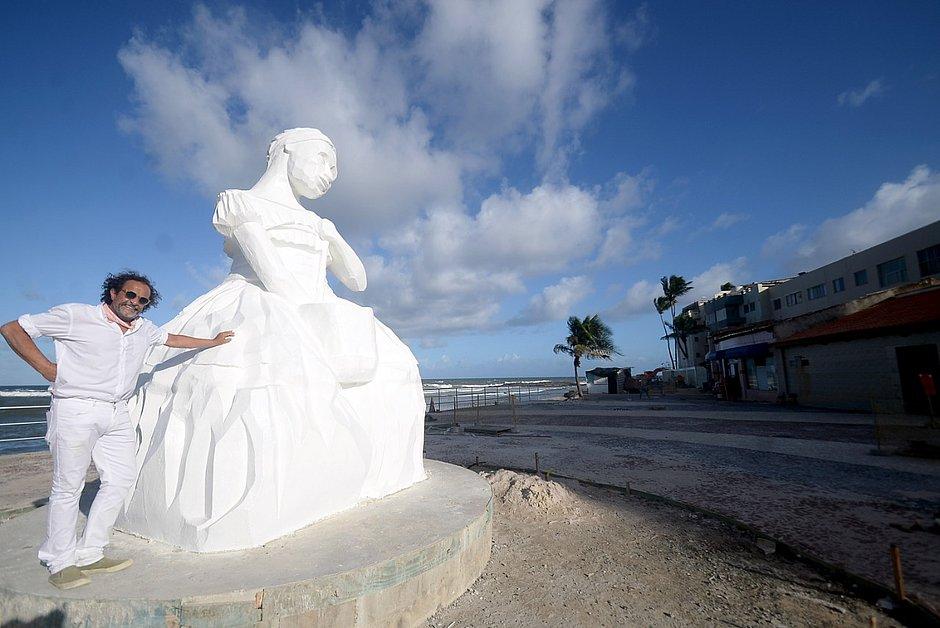 Escultor da estátua, Bel Borba posa ao lado de Baiana de Acarajé em Amaralina