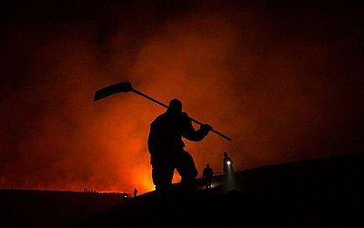 Bombeiros combatem incêndio na aldeia de Marsden, noroeste da Inglaterra.