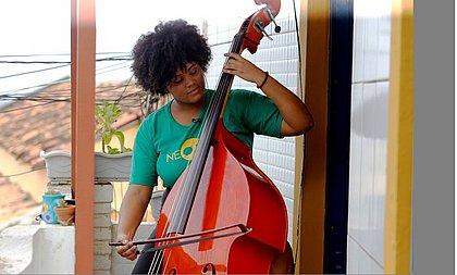 A contrabaixista   Talita Freitas no Nordeste de Amaralina, onde mora