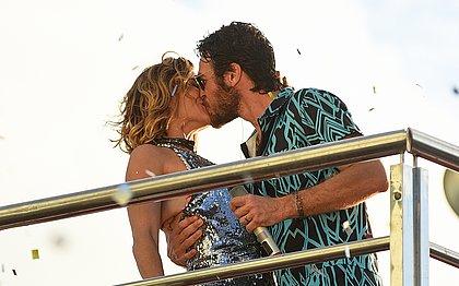 Luzia e Beto se beijam no retorno dele ao Carnaval